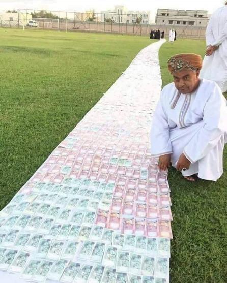 داماد پولدار زیر پای عروس فرشی از پول پهن کرد (عکس)