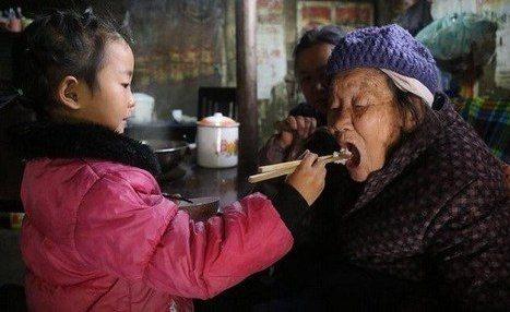 نگهداری عجیب دختربچه 5 ساله از دو پیرزن (تصاویر)