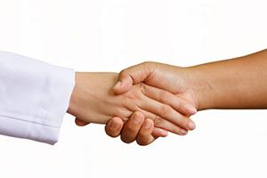 دست دادن زن و مرد نامحرم با این روش حرام نیست