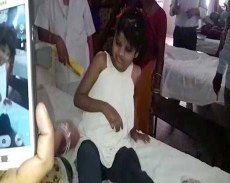 این دختر بچه را میمون ها در جنگل بزرگ کردند (تصاویر)