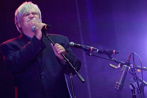 مرگ خواننده مشهور در حال اجرای کنسرت (تصاویر)