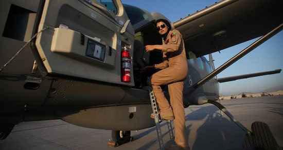 با تنهاترین زن زیبای خلبان آشنا شوید (عکس)