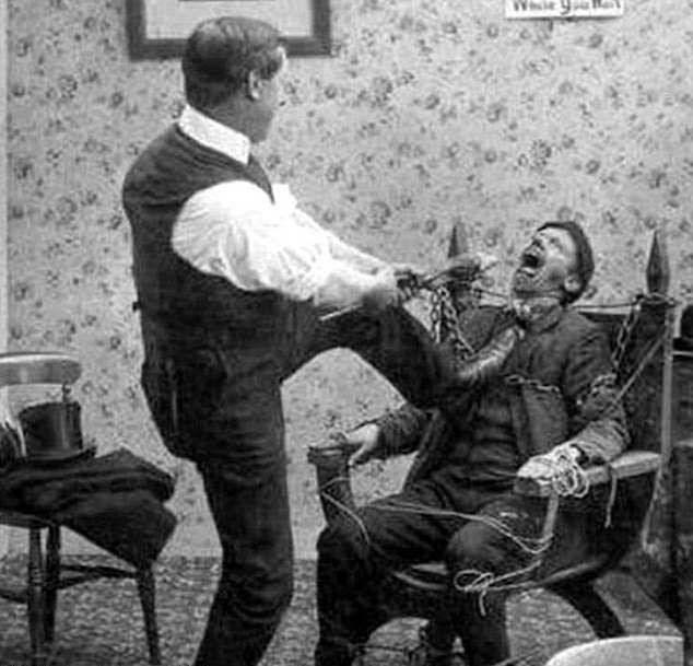 لحظه وحشتناک کشیدن دندان توسط آرایشگر (عکس)