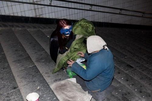 این خانم نقاب دار دستیار رابین هود است (عکس)
