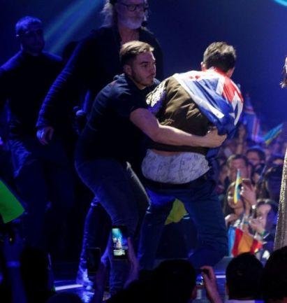 برهنه شدن این مرد در کنسرت این خانم خواننده (عکس)