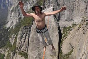 عکس از كار خطرناك یك مرد 51 ساله اتریشی