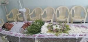 این خانم شجاع برای خودش مراسم تدفین گرفت (عکس)