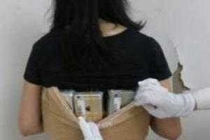 جاسازی 102 گوشی روی بدن این زن قاچاقچی (عکس)
