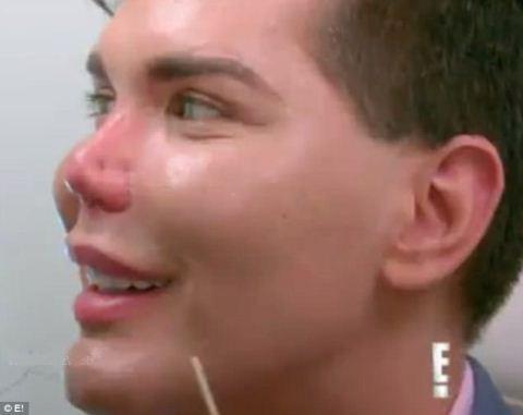 افتادن نوک بینی این مرد ملقب به باربی (عکس)