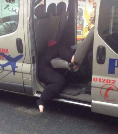 گیر کردن این خانم چاق در تاکسی (عکس)