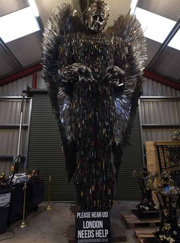 ساخت یک مجسمه عجیب با چاقوهای تیز (عکس)