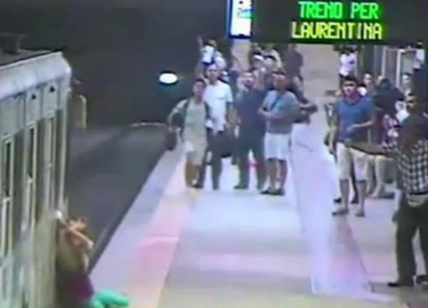 حادثه ای ناگوار برای این خانم در مترو (عکس)