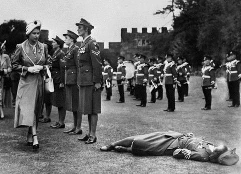 غش کردن این سرباز زن بخاطر زیاد ایستادن (عکس)