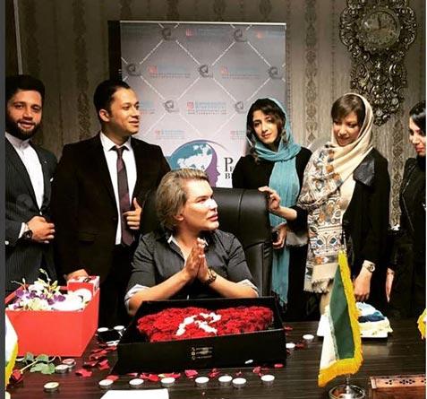مرد باربی جهان در کنار جراح ایرانی (عکس)