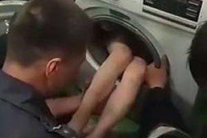 گیر کردن این پسر بچه در لباسشویی (عکس)