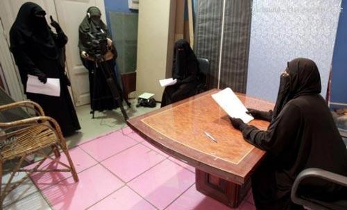 خانم های نقابدار در شبکه های ماهواره ای (عکس)