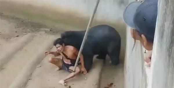 عکس هایی هولناک از گرفتار شدن این مرد در باغ وحش