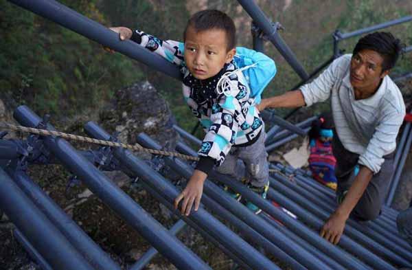خطرناکترین مسیر های رفت و آمد برای این بچه ها (عکس)
