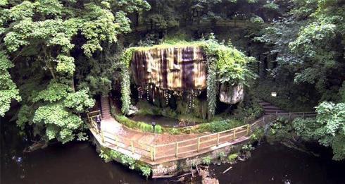 آبشار عجیب که همه چیز را تبدیل به سنگ میکند (عکس)