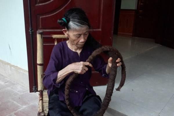 پیرزن 81 ساله با موهای سه متری و عجیبش (عکس)