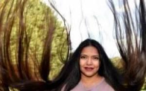 زنی بخاطر موهایش لقب گیسو کمند را گرفت (عکس)