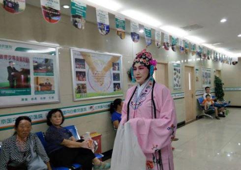 روش جالب این خانم دکتر برای درمان بیمارانش (عکس)