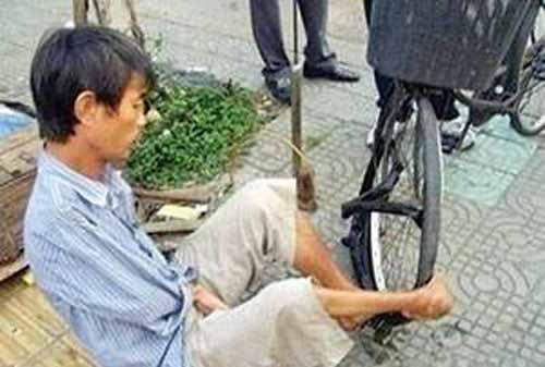 شغل سخت این مرد معلول در خیابان (عکس)