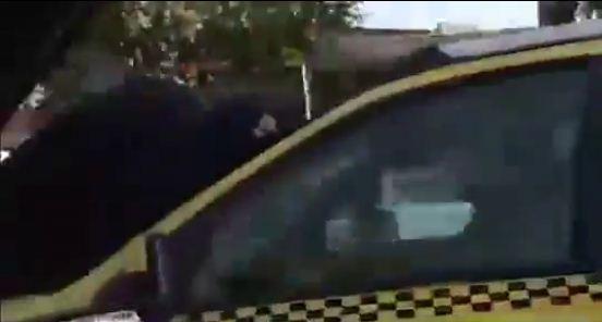 حرکت بی شرمانه این راننده تاکسی با این خانم (عکس)