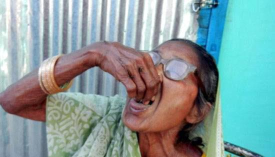 پیرزن 92 ساله معتاد به خوردن شن (عکس)