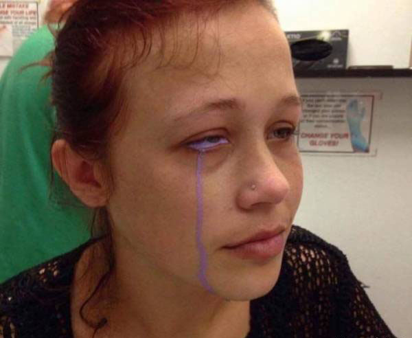 اشک های این دختر جوان به رنگ بنفش است (عکس)