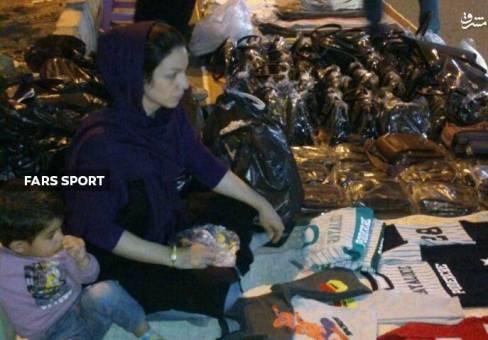 قهرمان زن ایرانی در خیابان دستفروشی میکند (عکس)