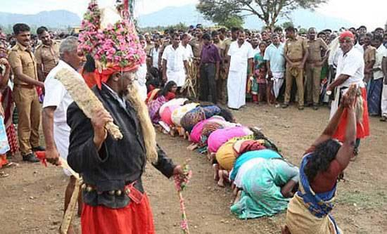 کتک زدن زنان برای از بین بردن روح شیطانی (عکس)