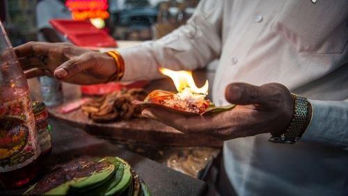 خوردن این غذاهای عجیب با آتش (عکس)