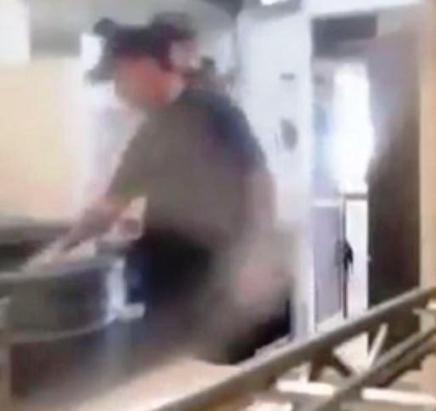 کار کثیف و باورنکردنی مدیر این رستوران (عکس)