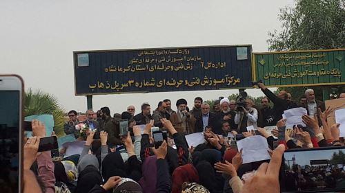 تصاویر دیدنی رهبر انقلاب در بین مردم زلزله زده کرمانشاه