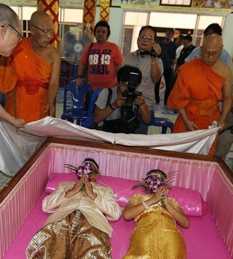 رسم عجیب عروس و دامادهای تایلند در تابوت ! + عکس