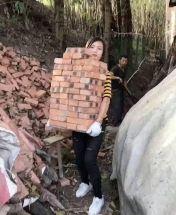 این دختر زیبا کارگر یک ساختمان است (عکس)
