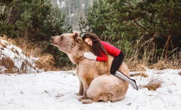 تمرینات ژیمناستیک این دختر زیبا در کنار خرس (عکس)