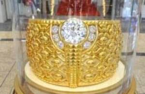 بزرگترین حلقه طلا با چندین پوند جواهرات (عکس)