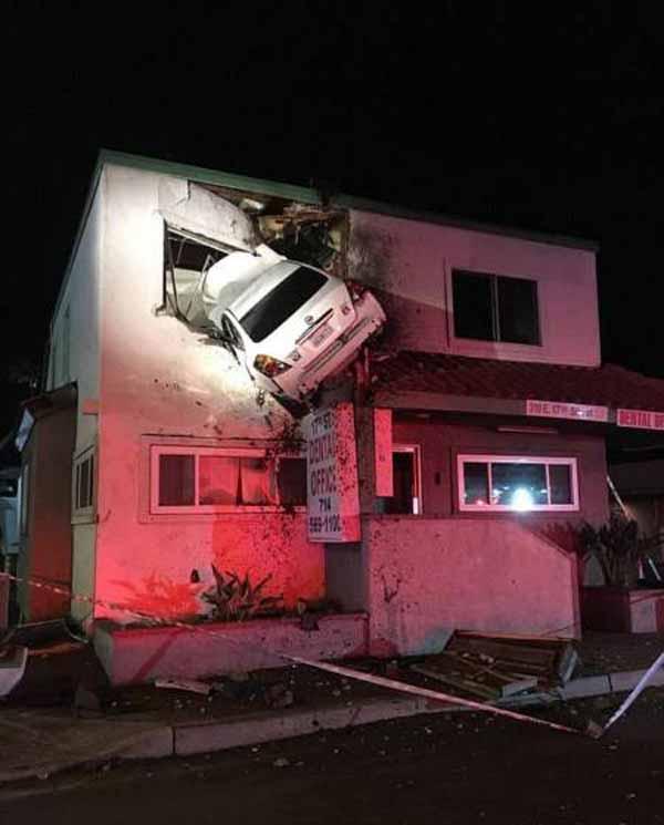 برخورد عجیب این خودرو به طبقه دوم یک ساختمان (عکس)