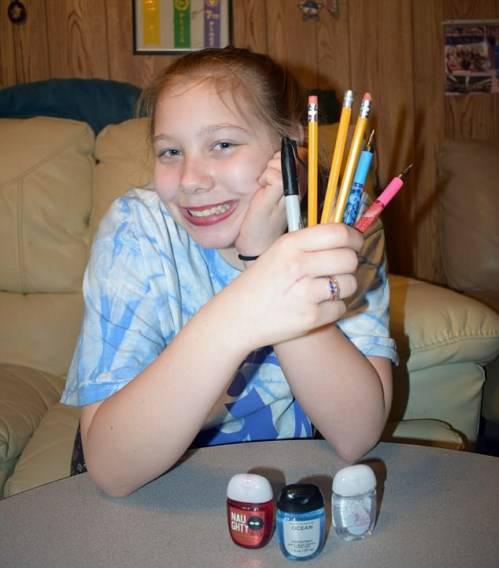 علاقه شدید این دختر به خوردن پاکن و مداد (عکس)