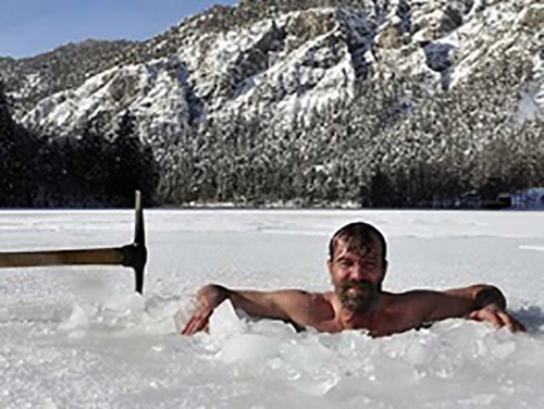 مرد برهنه ای که سرمای قطب شمال هم بر او اثر ندارد (عکس)