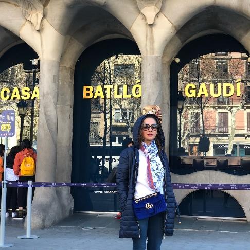 گردش بازیگر زن ایرانی در اسپانیا (عکس)