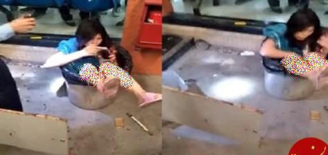 مرد عصبانی زنش را داخل سطل آشغال انداخت (عکس)