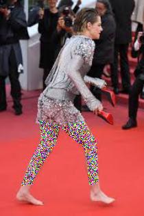 پابرهنه شدن بازیگر زن روی فرش قرمز جشنواره کن (عکس)