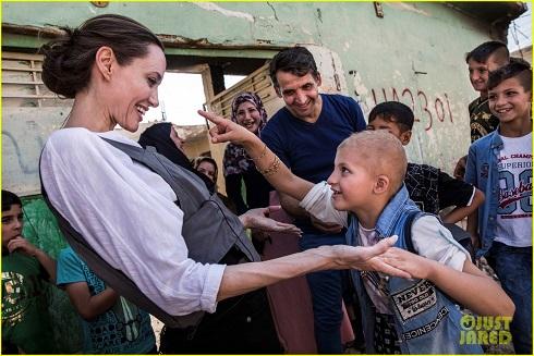 واکنش جالب و ظاهر خاص آنجلینا جولی در سفرش به عراق (عکس)