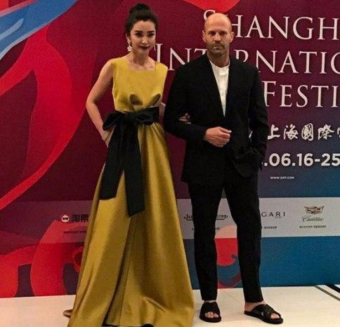 تیپ جنجالی بازیگر مشهور با دمپایی بر روی فرش قرمز (عکس)