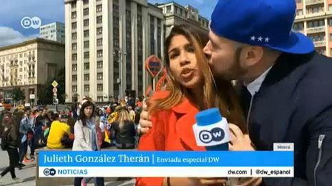 لب گرفتن زوری از گزارشگر زن در پخش زنده  (عکس)