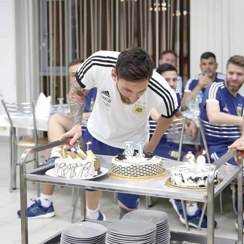 جشن تولد مسی در روسیه با کیک هم قد خودش ( تصاویر )