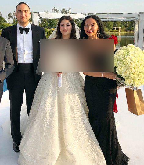 ازدواج عجیب پسر میلیاردر با دختری شبیه پیشخدمت (عکس)